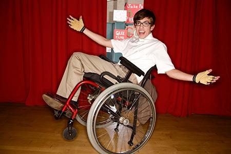 Artie abrams glee club for Fisico sedia a rotelle